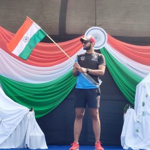 marathoner-waving-indian-flag