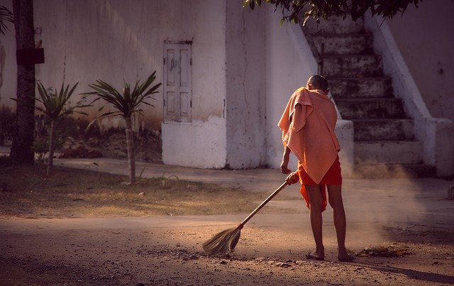 boy-cleaning-the-dust-with-a-broom-saucha