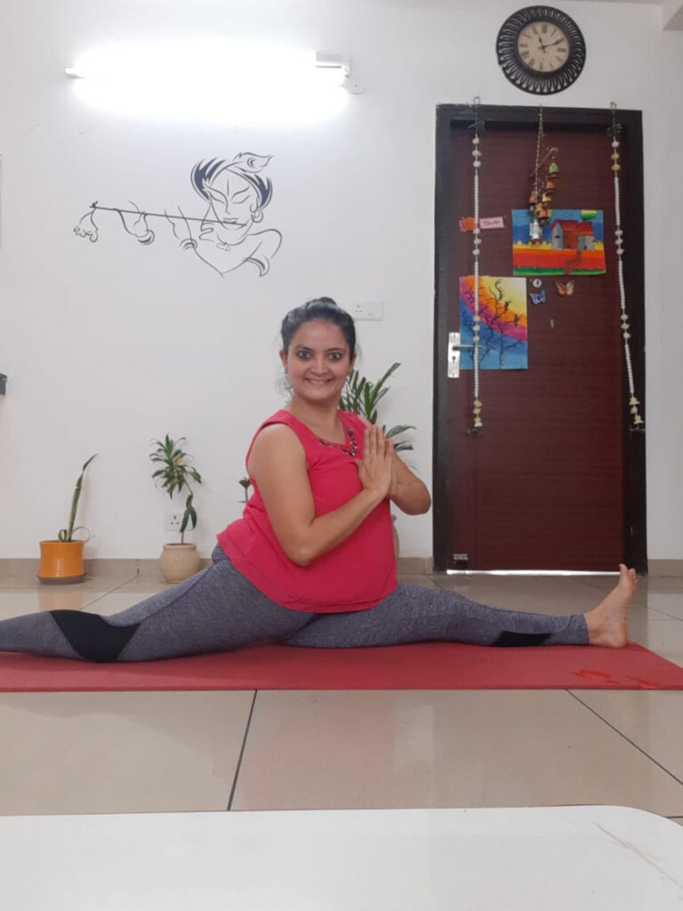 Shweta-yoga-teacher-performing-yoga-splits-on-her-mat